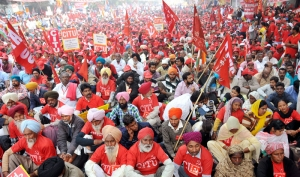 Lakhs of workers storm Delhi